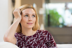 Denkende Frau zu Hause Stockfotos