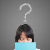 Denkende Frauen mit Fragezeichen Lizenzfreies Stockbild