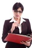 Denkende Geschäftsfrau, die eine Dateihalterung anhält Stockfotografie