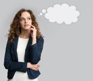 Denkende Geschäftsfrau, die oben schaut stockbild