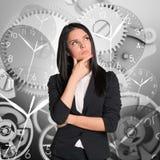 Denkende Geschäftsfrau mit Uhren Stockbilder