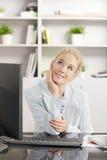 Denkende Geschäftsfrau Stockfotos