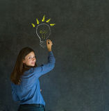 Denkende Geschäftsfrau der Ideenglühlampe Lizenzfreies Stockfoto