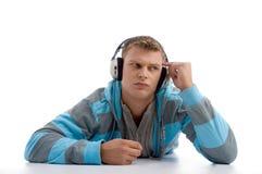 Denkende jonge mens met hoofdtelefoon Royalty-vrije Stock Fotografie