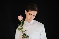 Denkende jonge mens met roze dichte omhooggaand Royalty-vrije Stock Afbeelding