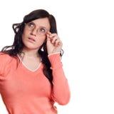 Denkende jonge vrouw die omhoog kijkt Stock Fotografie