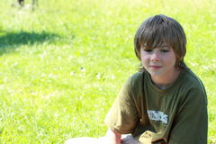 Denkende jongen met glimlach Royalty-vrije Stock Foto's