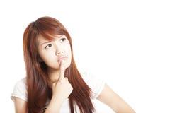 Denkende junge Frau, die oben schaut Lizenzfreies Stockbild