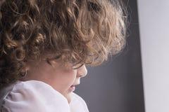 Denkende Kindernahaufnahme Lizenzfreies Stockfoto