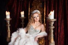 Denkende koningin op de troon Het ontspannen koninklijk Royalty-vrije Stock Afbeelding