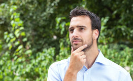 Denkende Latijnse mens in een park Stock Foto's
