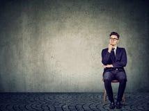 Denkende mens die businessplan creëren stock afbeelding
