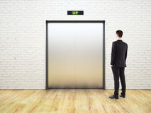 Denkende mens die lift bekijken royalty-vrije stock afbeelding