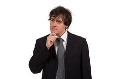Denkende mens die op witte achtergrond wordt geïsoleerde Het portret van de close-up van een toevallige jonge peinzende zakenman  stock foto
