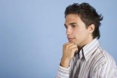 Denkende mens die zich in profiel bevindt Stock Foto