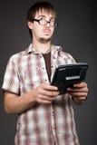 Denkende mens met calculator op grijs Royalty-vrije Stock Foto's