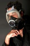 Denkende mens met gasmasker stock foto