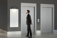 Denkende mens in ruimte met lift Stock Fotografie