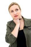 Denkende oder planende junge Frau mit Feder Lizenzfreie Stockfotos