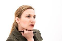 Denkende oder planende junge Frau mit Feder Lizenzfreies Stockbild