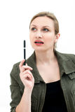 Denkende oder planende junge Frau mit Stift Lizenzfreie Stockfotografie