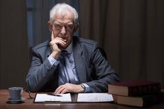 Denkende oudere mens stock foto