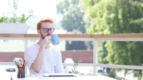 Denkende Peinzende Ontwerper Sitting in Balkon van Bureau Openlucht, Brainstorming stock video