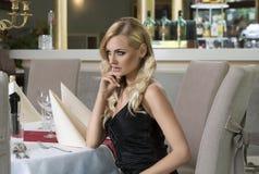 Denkende romantische Frau am Restaurant Lizenzfreie Stockfotografie