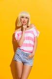Denkende schöne blonde Frau Stockfotografie