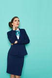 Denkende Stewardess Is Looking Up royalty-vrije stock afbeelding
