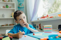Denkende student die zijn thuiswerk doen Stock Foto