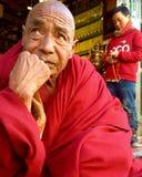 denkende tibetan monnik Royalty-vrije Stock Afbeeldingen