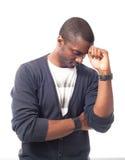 Denkende toevallige geklede Afro-Amerikaanse mens met witte t-shirt Stock Foto's