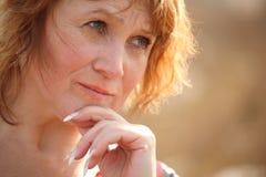 Denkende von mittlerem Alter Frau Lizenzfreies Stockbild