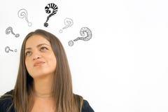 Denkende vrouw met vraagteken stock afbeelding