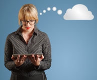 Denkende Wolke oder Datenverarbeitung der Geschäftsfrau Lizenzfreie Stockfotos