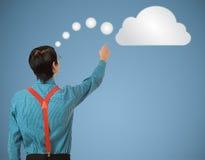 Denkende Wolke oder Datenverarbeitung des Sonderlingsaussenseitergeschäftsmannes Lizenzfreie Stockfotografie