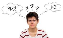 Denkende zufällige junge Frau mit der Gedankenblase lokalisiert Lizenzfreie Stockfotos
