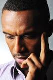 Denkende zwarte mens stock fotografie