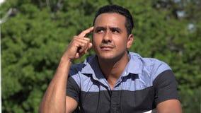 Denkender erwachsener hispanischer Mann stock footage