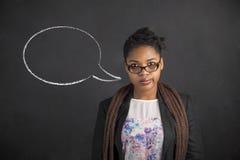 Denkender Gedanke der Afroamerikanerfrau oder Spracheblase auf Kreideschwarz-Bretthintergrund Stockbilder