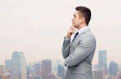 Denkender Geschäftsmann in der Klage, die Entscheidung trifft Lizenzfreies Stockbild