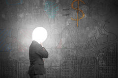 Denkender Geschäftsmann mit Leuchtenkopf belichtetem dunklem Geschäft tun Stockfotografie