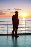 Denkender Geschäftsmann und roter Sonnenuntergang auf einer Fähre Lizenzfreie Stockbilder