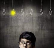 Denkender halber Kopf von tragenden Gläsern Genie-Little Boys Lizenzfreies Stockfoto