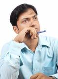 Denkender indischer Geschäftsmann Lizenzfreies Stockfoto