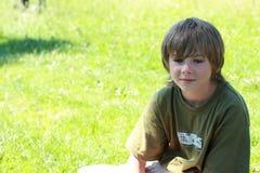 Denkender Junge mit Lächeln Lizenzfreie Stockfotos