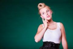 Denkender junger blonder Stift herauf Mädchen Lizenzfreies Stockfoto