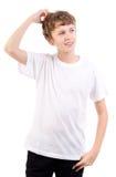 Denkender männlicher jugendlich Kratzerkopf Stockfoto