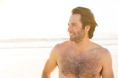 Denkender Mann am Strand Lizenzfreie Stockfotografie